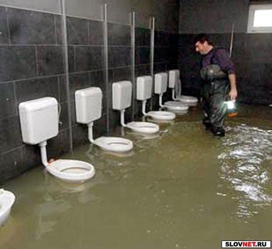 Ссыт в сельском туалете